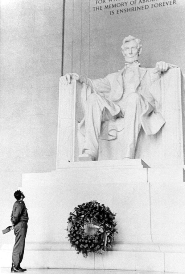 06 Fidel Castro lays a wreath at the Lincoln Memorial.