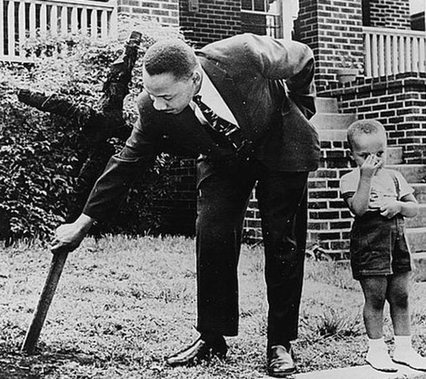 13 artin Luther King with his son removing a burnt cross from their front yard, 1960