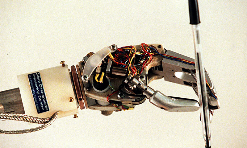 1997-ROBOT-HAND-HOLDING-P-009