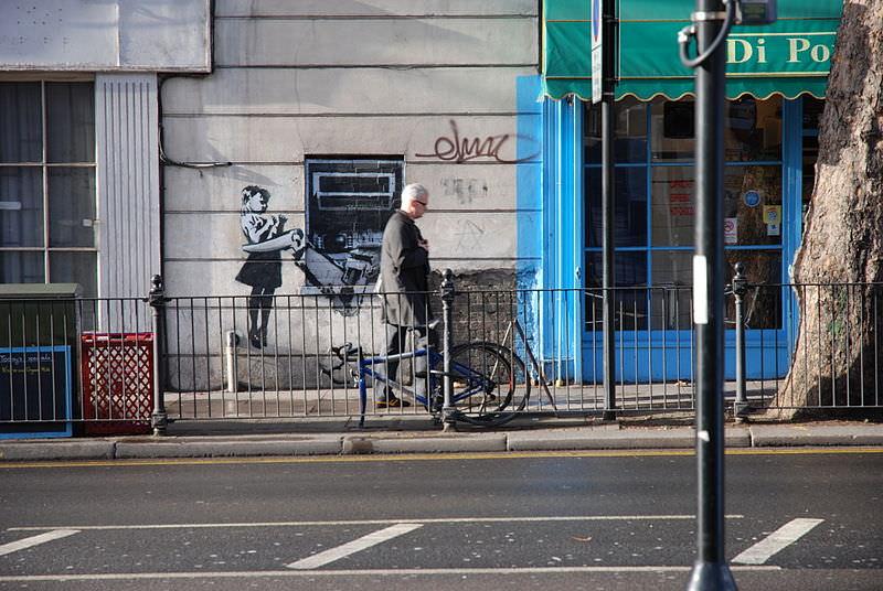 800px-Banksy_Girl_ATM