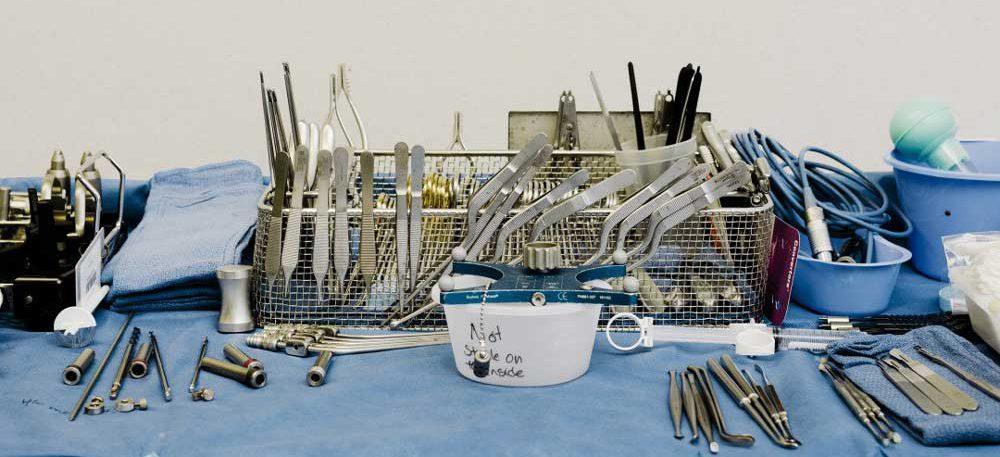 جراحی که میخواهد با کاشت ریزتراشهای در مغز، آدمها را به اینترنت وصل کند